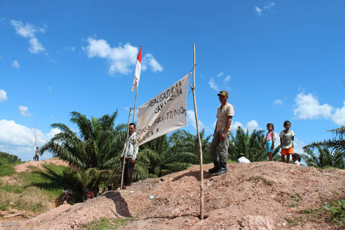 En 2004, le dirigeant régional de la PTPN 7 avait promis par écrit que la compagnie attribuerait des terres aux paysans de Lais. Ils attendent toujours.