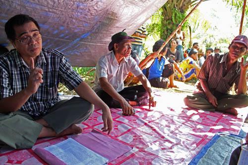 Sous la tente précaire qui leur sert de quartier général, Mastum, meneur des paysans floués par la PTPN 7, explique qu'ils sont prêt à tout pour retrouver de la terre à cultiver.